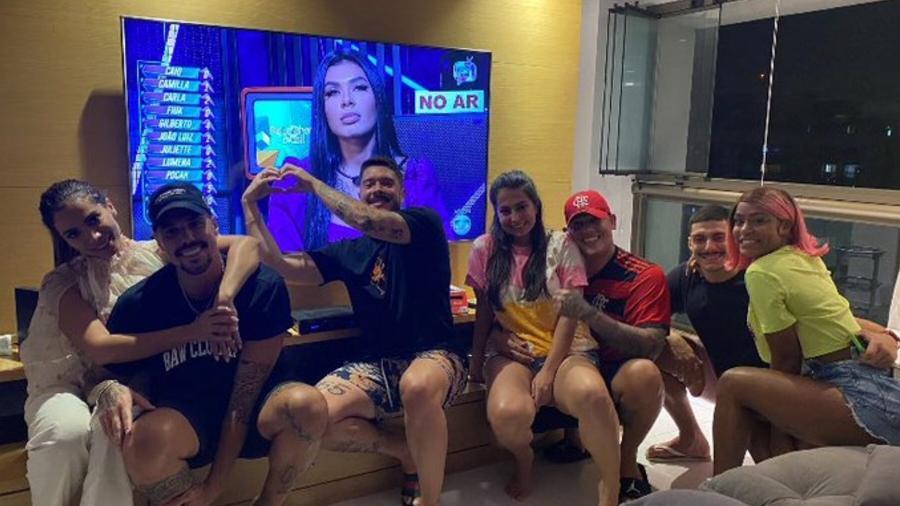 """Anitta e amigos assistindo noite de paredão no """"BBB 21"""" - Reprodução/Twitter"""