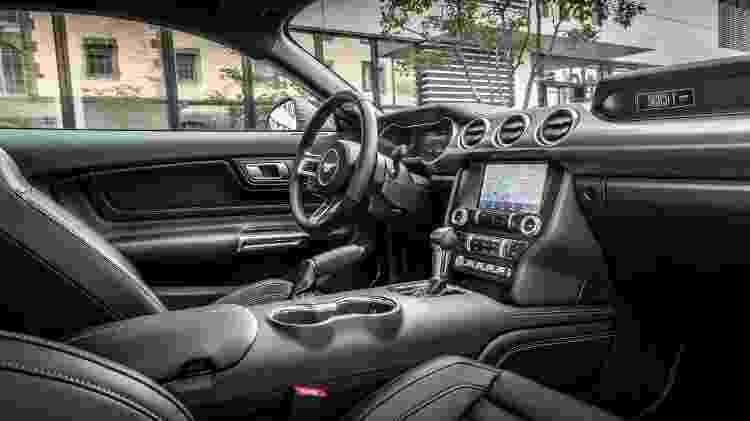 Mustang Mach 1 interior painel lateral - Divulgação - Divulgação