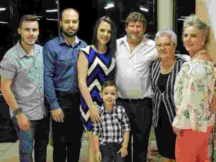 O irmão e o marido de Tallyta, ao centro com o filho, seu pai, sua avó e sua mãe. três dos sete membros da família morreram em decorrência da covid-19 - Arquivo pessoal - Arquivo pessoal