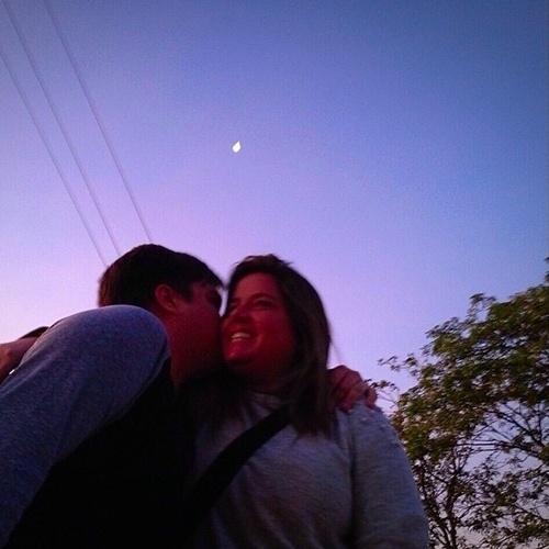 """2015 - A produtora Camila Colombo mostra foto fofa com namorado, Lucas Salles. """"Eu e ele"""", escreveu"""