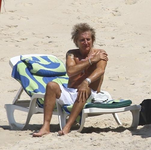 20.set.2015 - Atração da terceira noite do Rock in Rio, Rod Stewart aproveitou o dia para se refrescar na praia e fazer compras. O músico foi fotografado de bermuda branca em praia da zona sul da cidade
