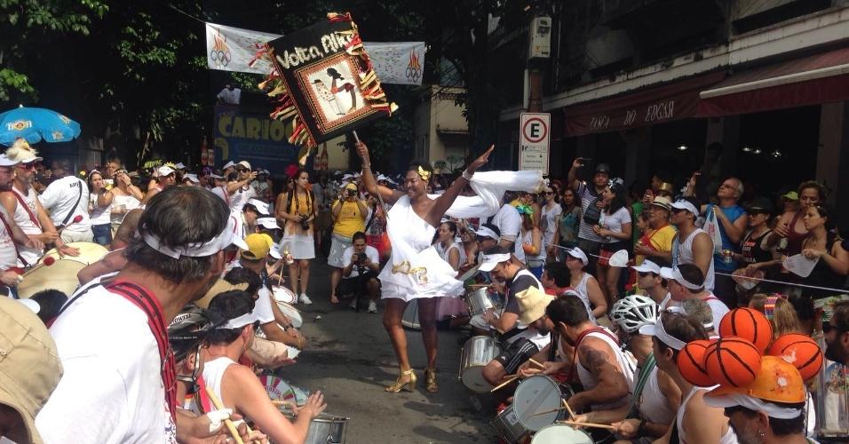 24.jan.2015 - Foliões curtem o Bloco Volta, Alice na manhã de domingo pelas ruas de Laranjeiras, no Rio. Cerca de 2 mil pessoas acompanham o cortejo que sobe Rua Alice