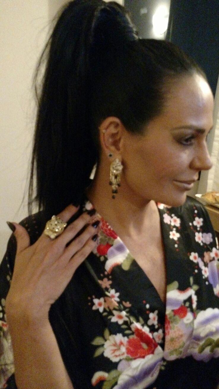 5.fev.2016 - Cozete Gomes, 45 anos, desfila na Rosas de Ouro, em São Paulo, e na Unidos da Tijuca, no Rio. Para brilhar no Anhembi, ela encomendou uma fantasia avaliada em R$ 30 mil, além de joias avaliadas em R$ 220 mil