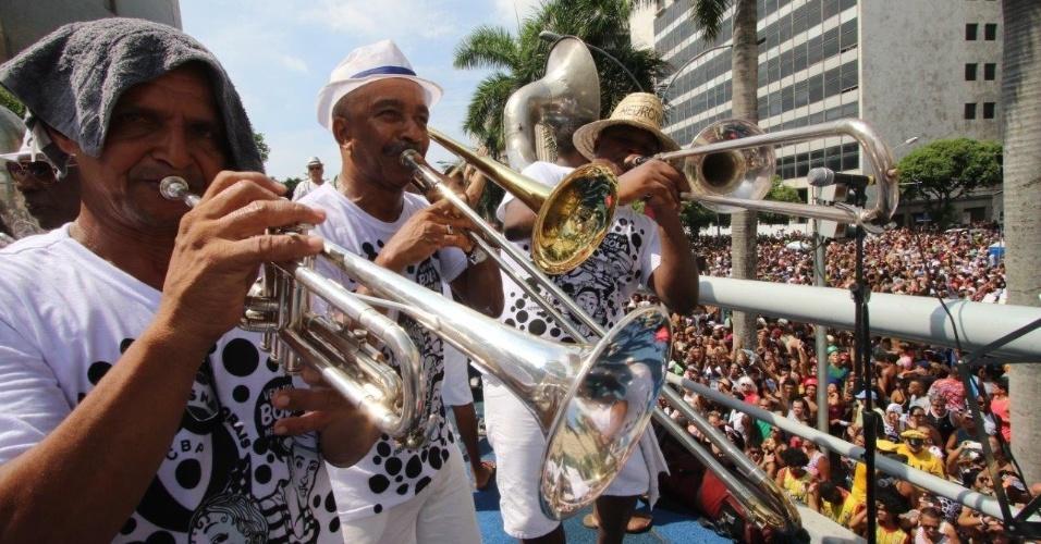 06.fev.2016 - Ritmistas e músicos embalam os mais de 1 milhão de foliões que seguem o bloco Cordão da Bola Preta, na região central do Rio de Janeiro.
