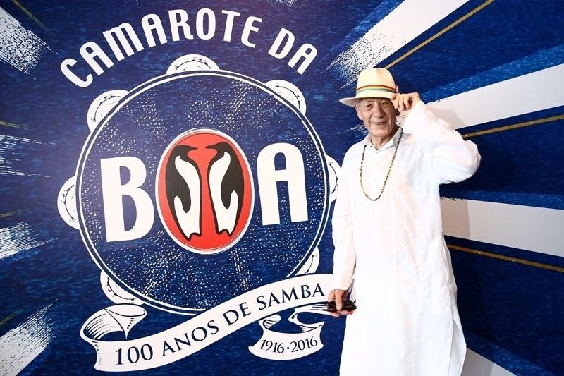 """6. fev.2016 - Aos 76 anos, o ator britânico Ian McKellen, conhecido por interpretar Gandalf em """"Senhor dos Anéis"""" e Magneto em """"X-Men"""", comparece ao camarote da Boa, no Rio de Janeiro"""