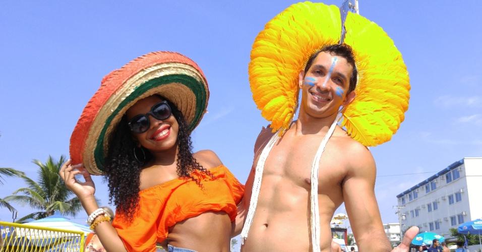 6.fev.2016 - Casal se anima com o bloco Carrossel de Emoções, na Barra da Tijuca, durante o Carnaval do Rio de Janeiro