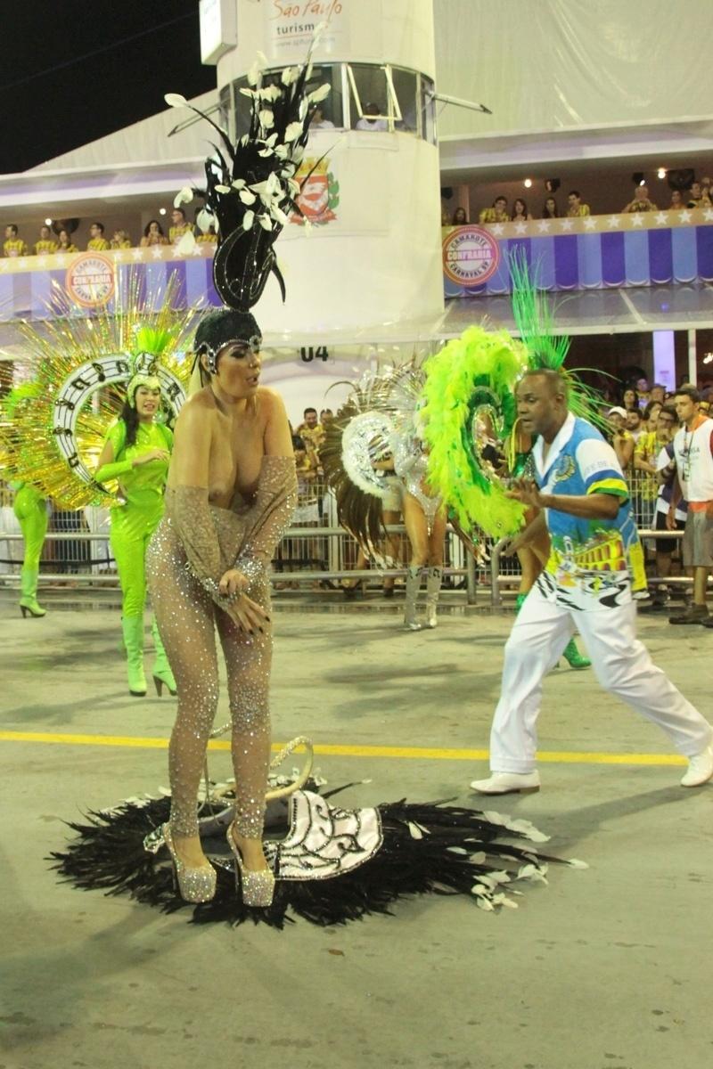 6.fev.2016 - Ju Isen, musa da Unidos do Peruche, arranca a fantasia e é retirada da avenida