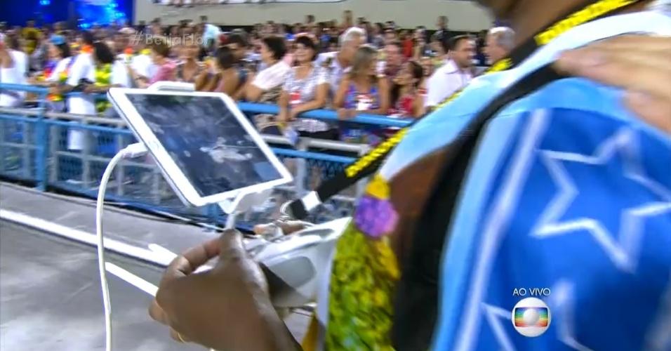 8.fev.2016 - Integrante da Beija-Flor monitora desfile da escola usando drone com câmera e tablet. Ideia é corrigir falhas de harmonia e evolução
