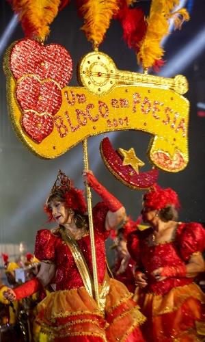 8.fev.2016 - O bloco lírico Em Poesia se apresenta no palco do Marco Zero, no Recife, nesta segunda-feira. Blocos desfilam pela rua da Alfândega, av. Marquês de Olinda até o Marco Zero