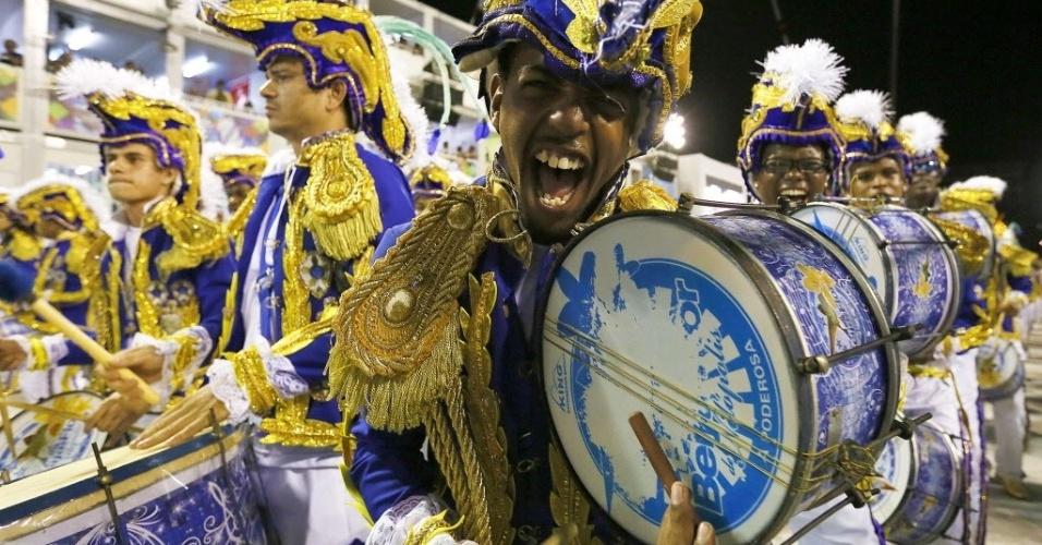 13.fev.2016 - Integrante da bateria sorri durante Desfile das Campeãs da Beija Flor
