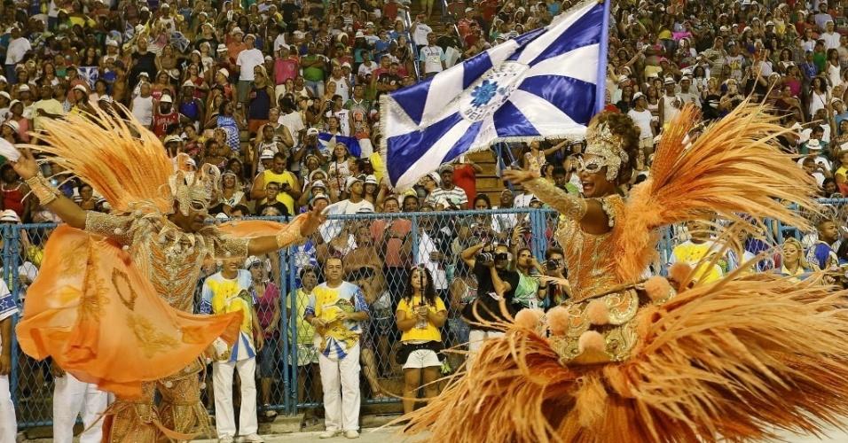 13.fev.2016 - Primeiro casal de mestre-sala e porta-bandeira da Beija Flor, Claudinho e Selminha Sorriso durante o Desfile das Campeãs