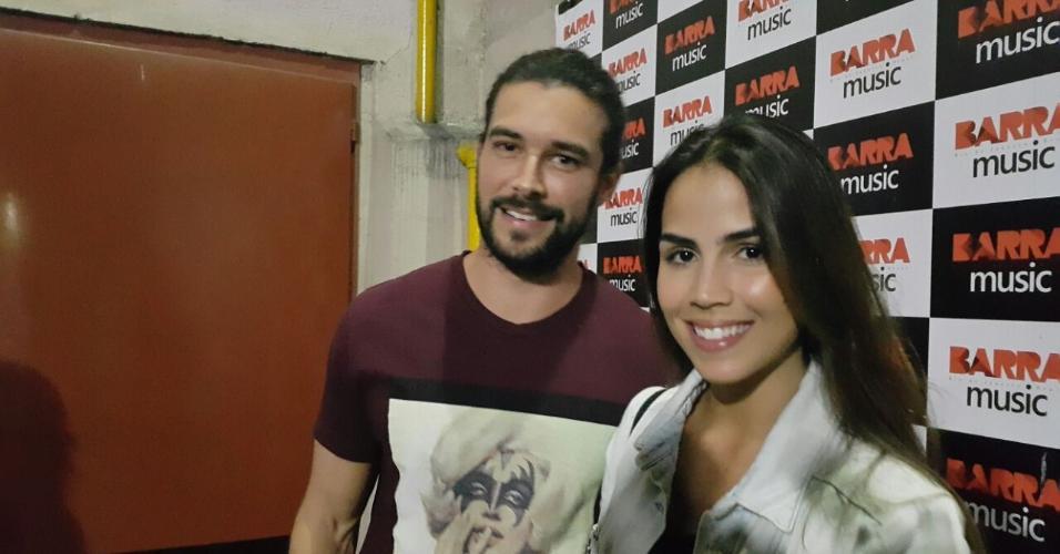 7.abr.2016 - Pérola Faria, que interpreta Deborah, e Bernardo Velasco, que vive Eleazar, estão se conhecendo melhor