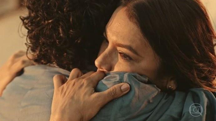 Martim (Lee Taylor) se despede de Beatriz (Dira Paes) em