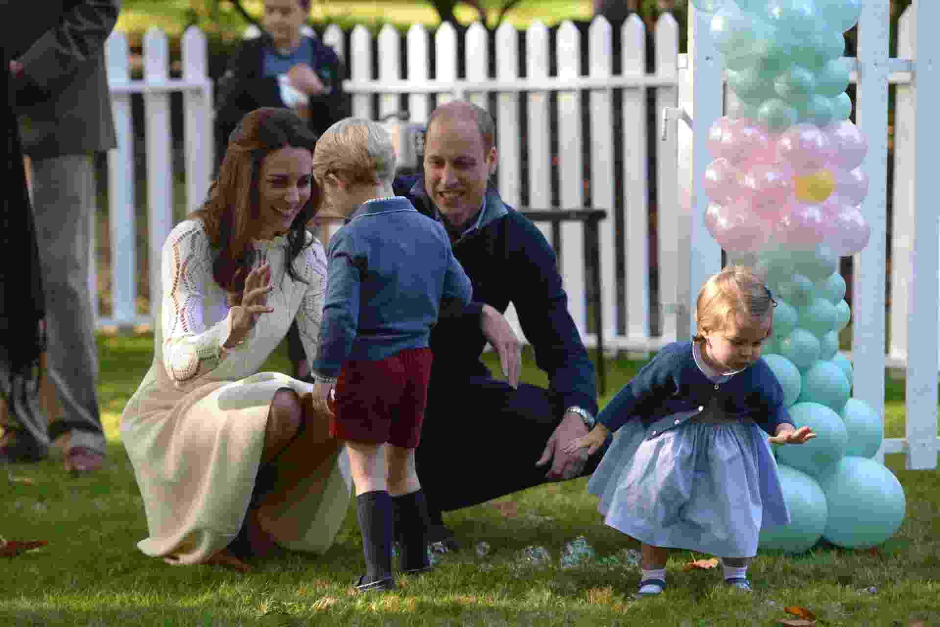 29.set.2016 - Príncipe William e Kate Middletton brincam com os filhos George e Charlotte durante visita da Família Real britânica a Victoria, no Canadá - Chris Wattie/Reuters