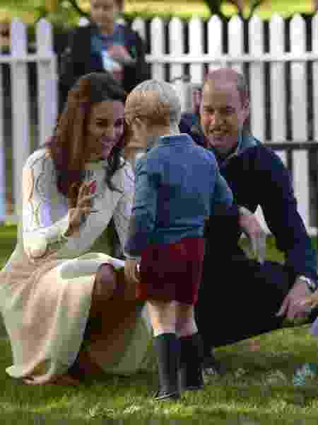 29.set.2016 - Príncipe William e Kate Middletton brincam com os filhos George e Charlotte durante visita da Família Real britânica a Victoria, no Canadá - Chris Wattie/Reuters