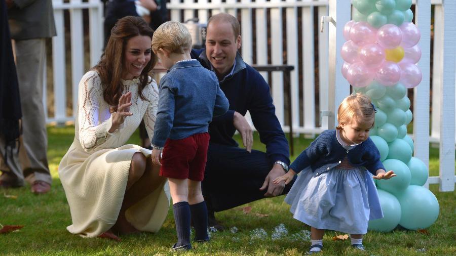 Príncipe William e Kate Middleton brincam com os filhos George e Charlotte durante visita ao Canadá em 2016 - Chris Wattie/Reuters