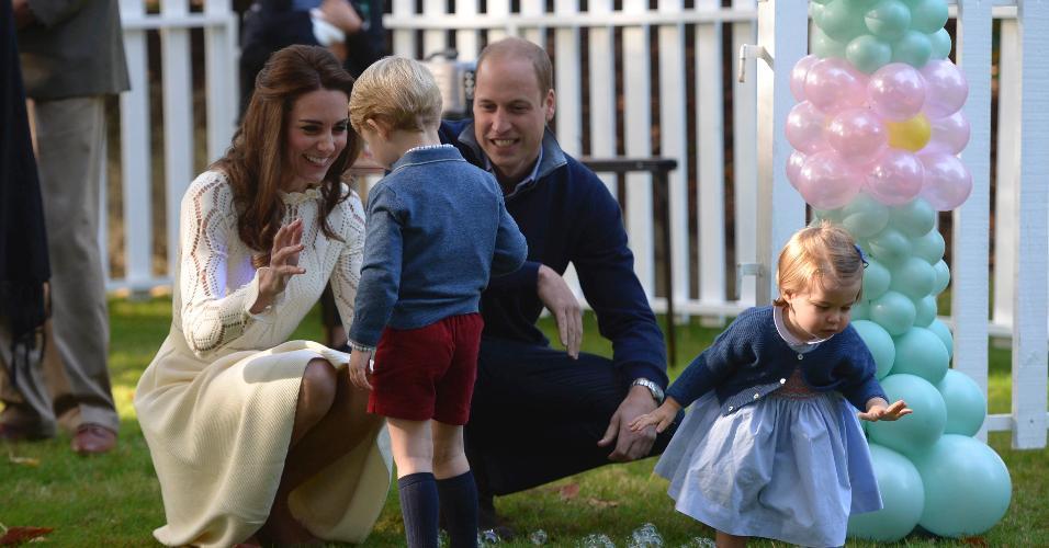 29.set.2016 - Príncipe William e Kate Middletton brincam com os filhos George e Charlotte durante visita da Família Real britânica a Victoria, no Canadá