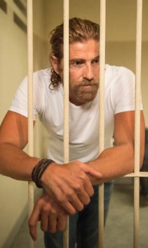 Pedro (Reynaldo Gianecchini) é preso em