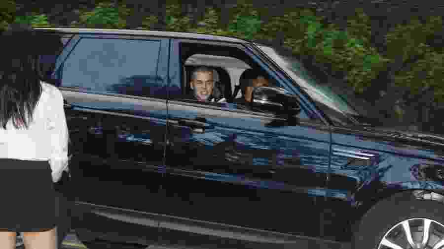 Em passeio de carro no Rio, Justin Bieber é visto conversando no celular com morena - AgNews
