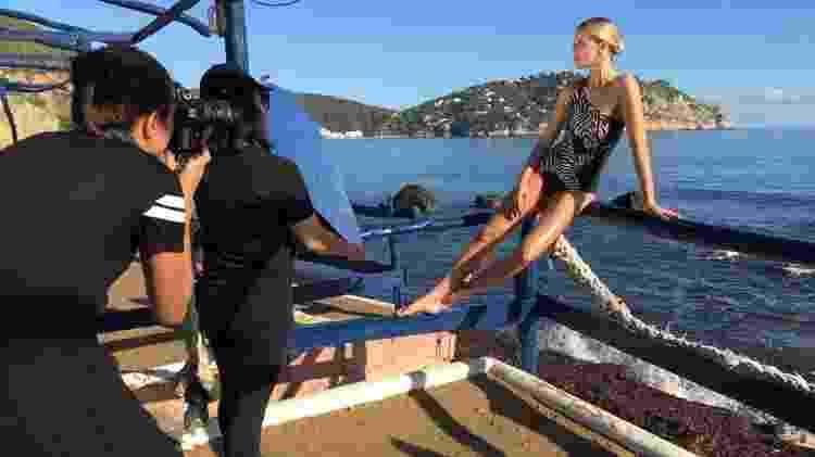 Celina Locks durante making of de sua primeira coleção de moda praia - Divulgação - Divulgação