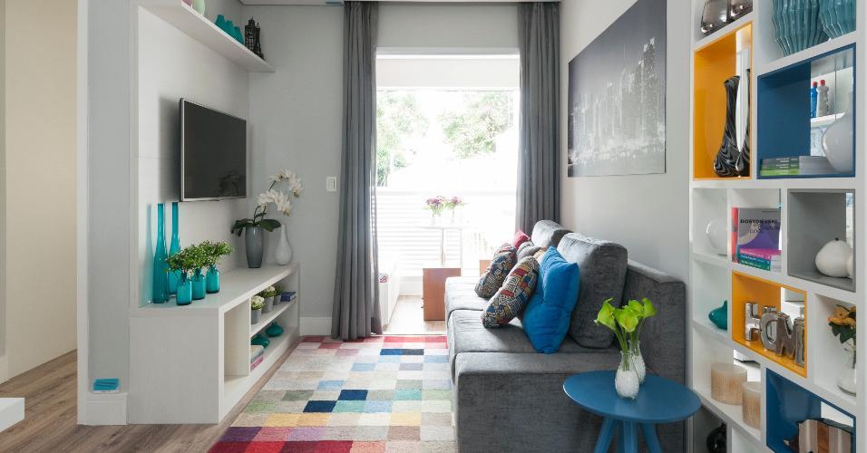 Num equilíbrio total, o tapete quadriculado com diversas cores virou o centro das atrações no living decorado por Adriana Fontana. Tudo é sóbrio e claro, por isso a designer de interiores pôde brincar com uma peça lúdica e alegre