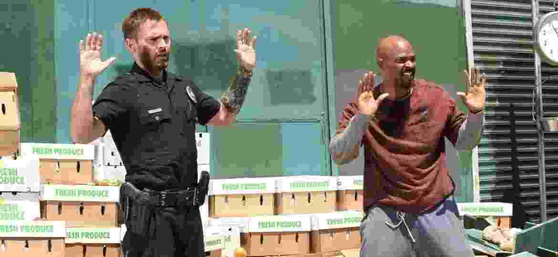 """Seann William Scott e Damon Wayans em cena da terceira temporada de """"Máquina Mortífera"""" - Divulgação"""
