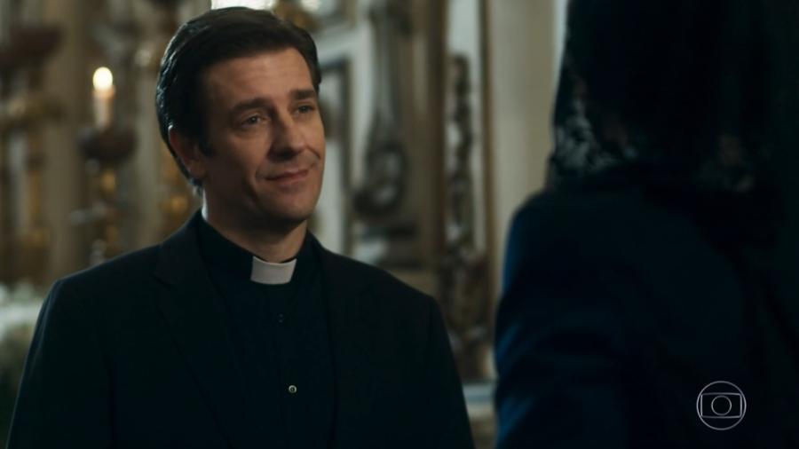 """Padre Luis (Alexandre Barros) na novela """"O Tempo Não Para"""" - Reprodução/TV Globo"""