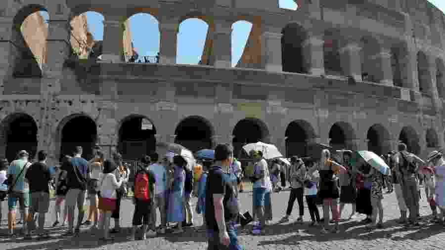 Fila de turistas para entrar no Coliseu de Roma, na Itália - Getty Images