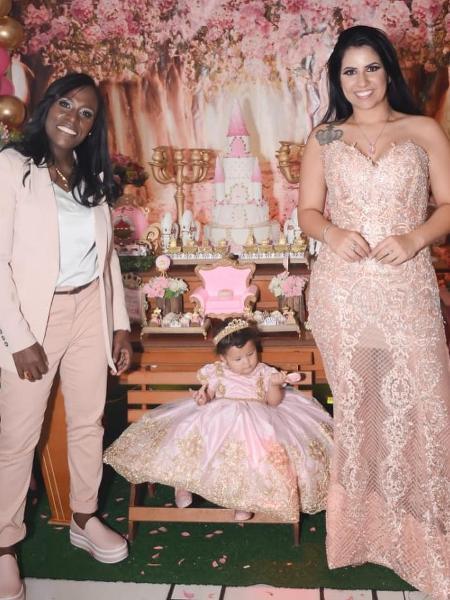 A cantora Neném e a mulher, Thais Oliveira posam com a filha, Valentina - Reprodução/Instagram