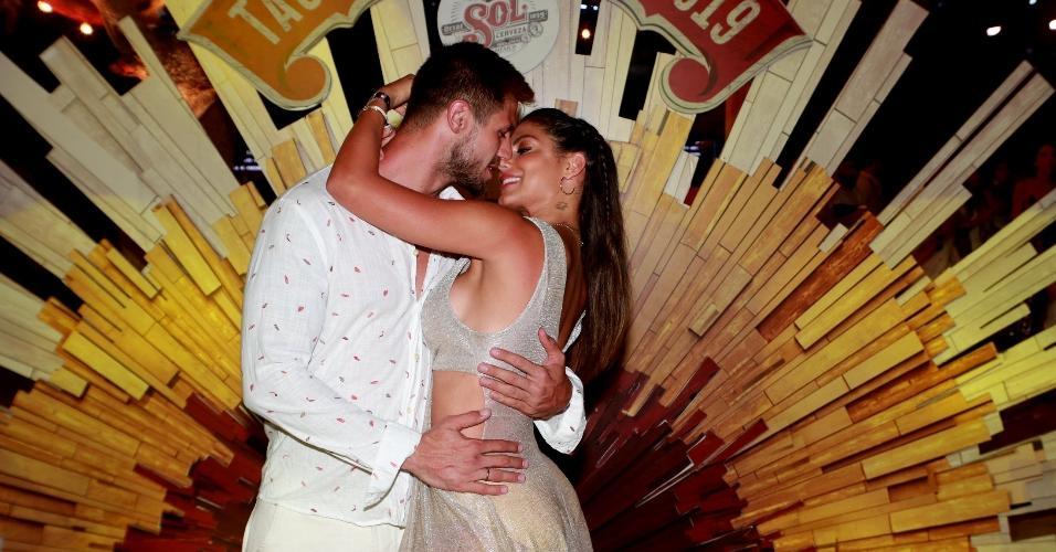 Mari Gonzalez e Jonas Sulzbach também curtiram a passagem de 2018 para 2019 em Jericoacoara. O ex-BBB não desgrudou da namorada e beijou muito antes, durante e depois da festa da virada