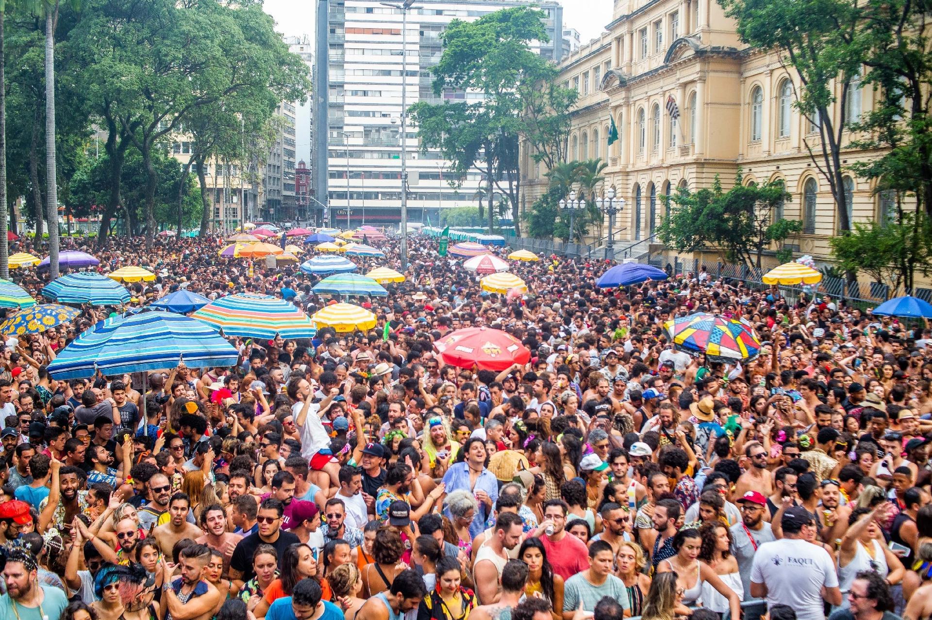 Como ganhar dinheiro no Carnaval  vagas para ambulantes e dicas para vender  - 16 02 2019 - UOL Economia 4adfbed19e7