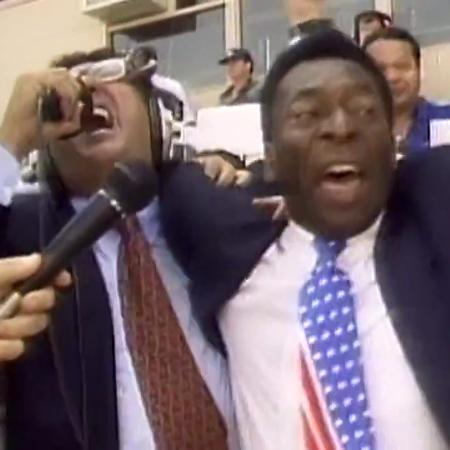 """Galvão Bueno grita """"É tetra!"""" com Pelé na final da Copa do Mundo de 1994, vencida pelo Brasil - Reprodução/TV Globo"""
