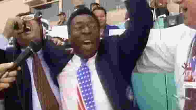 """Galvão Bueno grita """"É tetra!"""" com Pelé na final da Copa do Mundo de 1994 - Reprodução/TV Globo - Reprodução/TV Globo"""