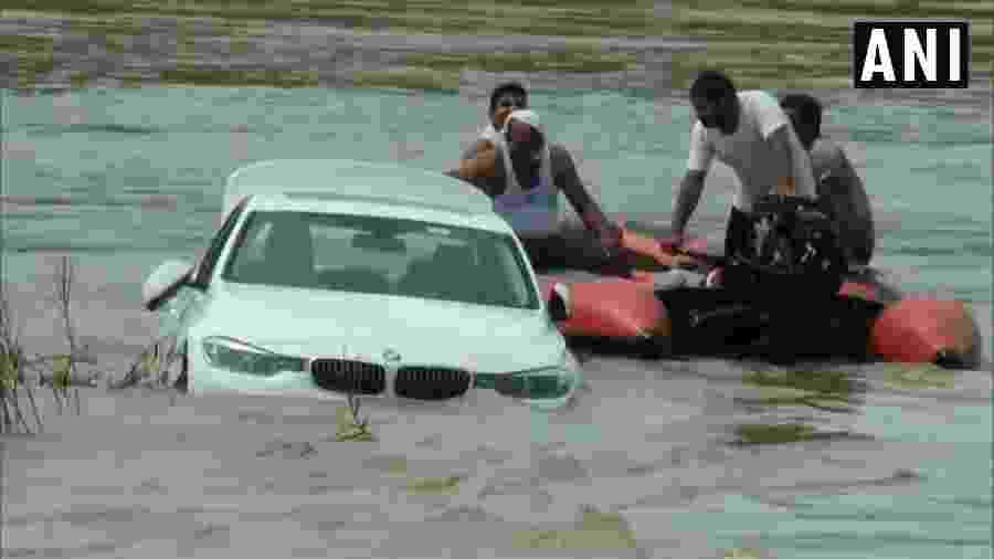 BMW em rio na Índia - Reprodução/Twitter