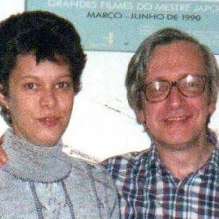 Heloisa de Carvalho, 51, recém-filiada ao PT, com o pai, Olavo de Carvalho, no início dos anos 2000; ela rompeu relações com ele, guru do bolsonarismo - Reprodução/Facebook