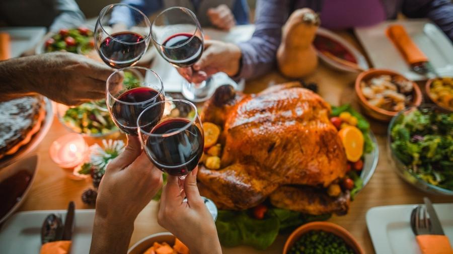 O consumo exagerado de álcool pode agravar a hipertensão, o que aumenta o risco de problemas como infarto e derrame - skynesher/iStock
