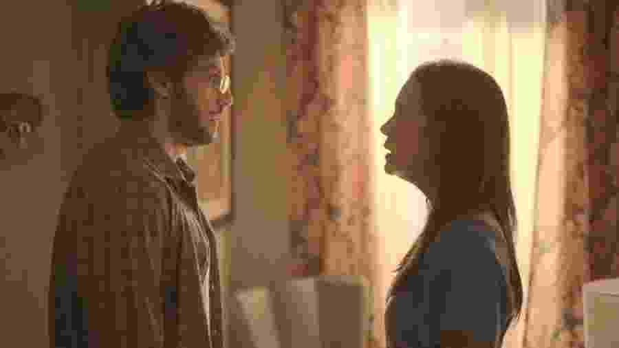 Danilo (Chay Suede) e Thelma (Adriana Esteves) em Amor de Mãe - REPRODUÇÃO/REDE GLOBO