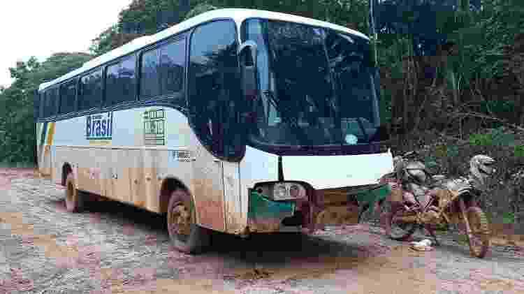 Danilo Couto ônibus atolado abandonado BR 319 Amazonas Moto Mochila Brasil dia seguinte 1 - Arquivo pessoal - Arquivo pessoal