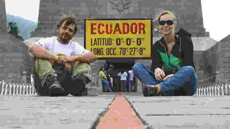 """Casal bem no """"meio do mundo"""", sobre a linha do Equador - Reprodução/Instagram@mundoporterra - Reprodução/Instagram@mundoporterra"""