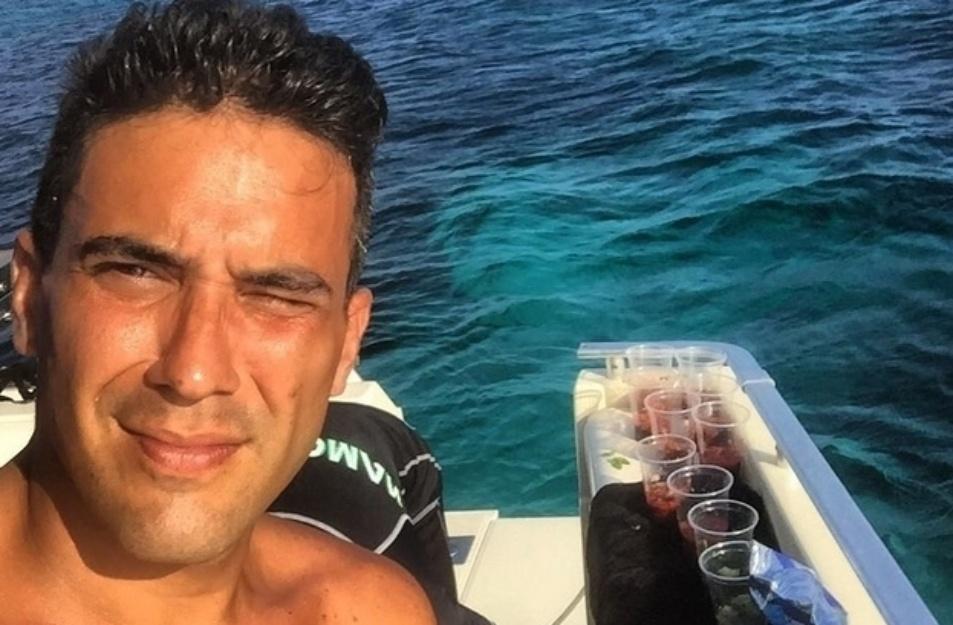 24.jul.2015- Depois de mostrar seu abdômen trincado, André Marques volta a aparecer sem camisa em foto postada por ele no Instagram. No novo registro, o apresentador, que está viajando, surge bronzeado em alto mar.