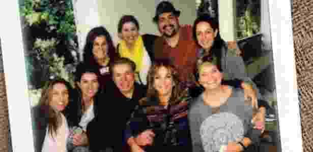 Silvio Santos posa ao lado da mulher Íris Abravanel, do neto Tiago, e das seis filhas (esq. para dir.): Patrícia, Rebeca, Renata, Daniela, Silvia e Cíntia - Reprodução/Instagram