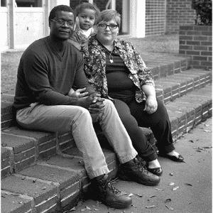"""A fotógrafa americana Donna Pinckley ficou triste ao descobrir o preconceito que os casais interraciais sofriam e decidiu criar uma série fotográfica para mostrar o amor deles. """"Nenhum outro homem vai te querer"""", ouviu o casal da imagem - Reprodução/Donna Pinckley"""