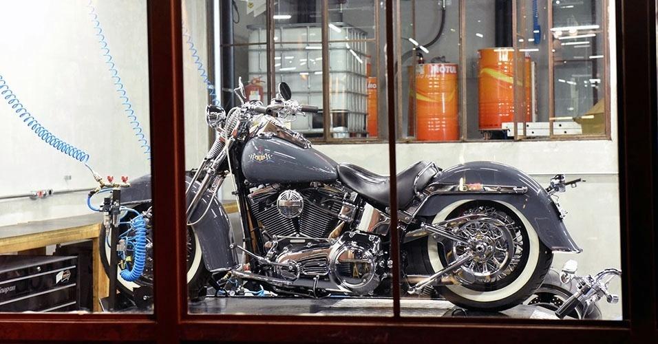 Motos viram tema de lojas, oficias, bares e estúdios de tatuagem