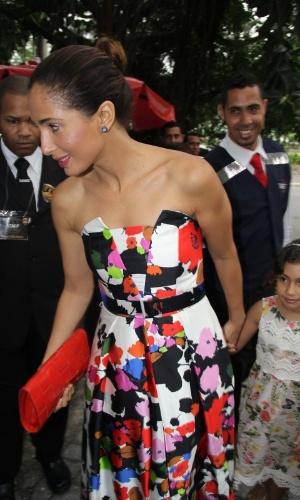 6.dez.2015 - A atriz Camila Pitanga foi acompanhada da filha Antônia Peixoto ao casamento de Sophie Charlotte e Daniel de Oliveira