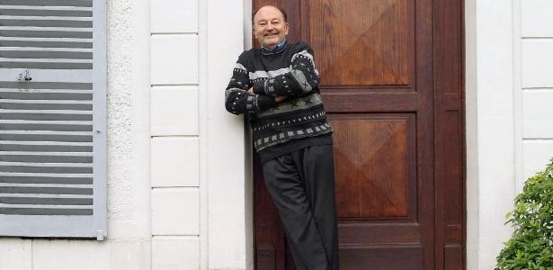 04.abr.2015 - O escritor francês Michel Tournier no jardim de sua casa em Choisel, próximo a Paris - AFP