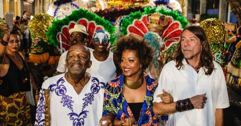 05.fev.2015 - Naná Vasconcelos, Sara Tavaes e Lenine abrem o Carnaval do Recife