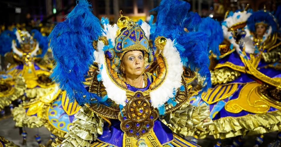 7.fev.2016 - Integrante da ala das baianas participa do desfile do Império de Casa Verde, na madrugada deste domingo