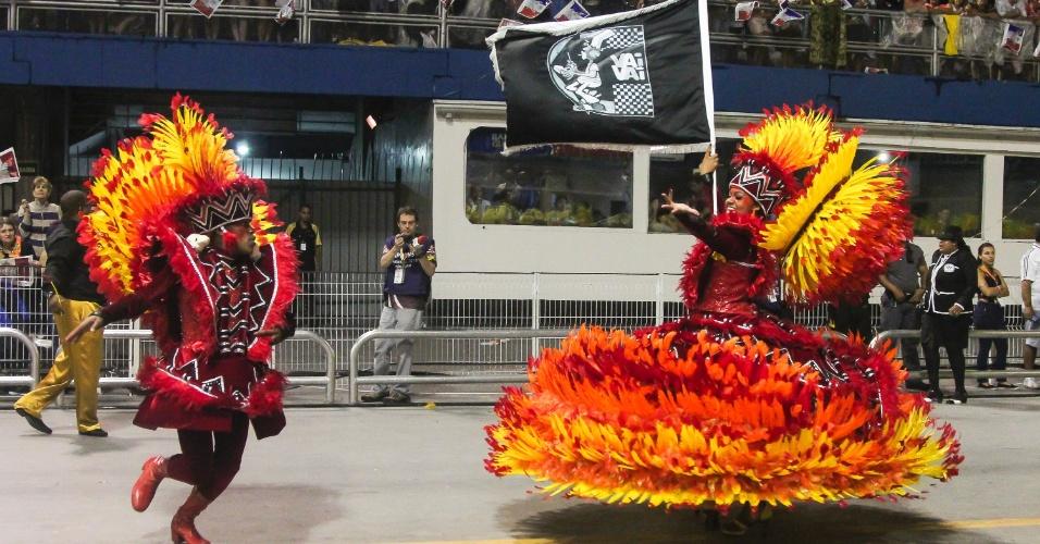 7.fev.2016 - Mais um casal de mestre-sala e porta-bandeira da Vai-Vai.  A atual campeã do Carnaval paulista homenageou a França em seu enredo