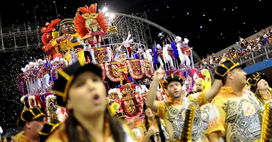 7.fev.2016 - Desfile da Tom maior, que neste ano homenageia o cantor e compositor Milton Nascimento