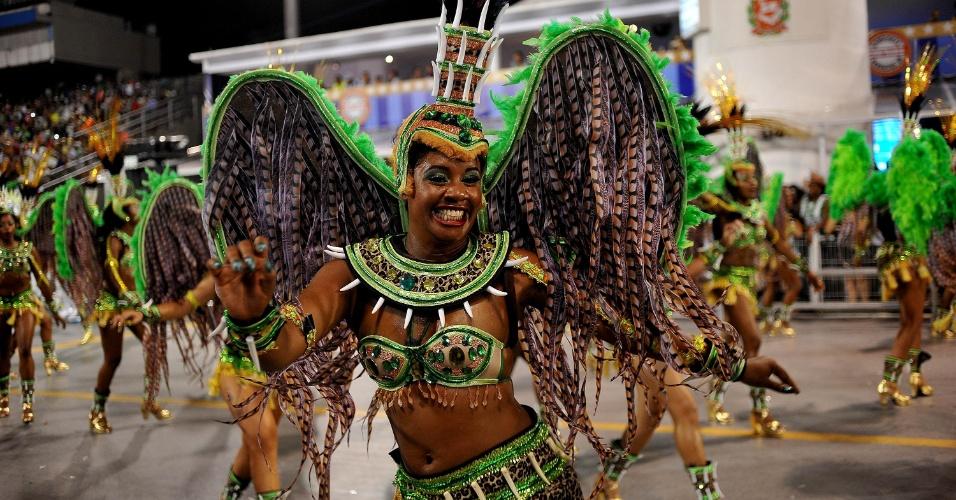 8.fev.2016 - A Camisa Verde e Branco entra no Anhembi apresentando o samba-enredo sobre a magia africana, pedindo bênção aos Orixás  Oxum,  Iemanjá  e  Oxalá